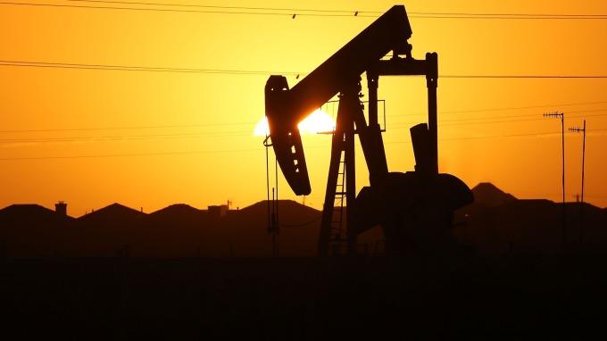 墨西哥灣暴風襲擊 產量減半 然OPEC報告後 期油轉跌收低(圖片:AFP)