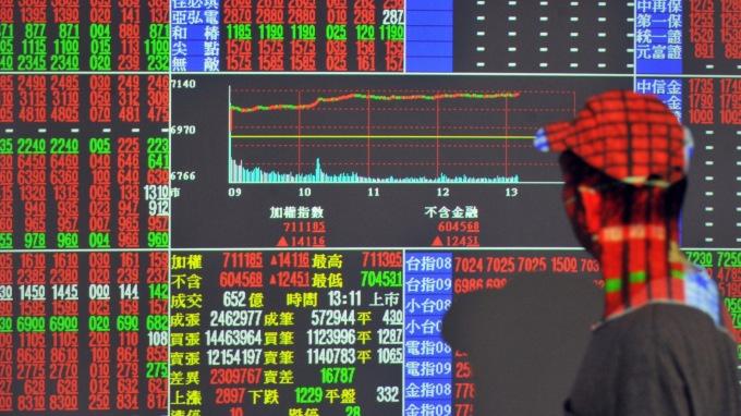 台股拚連3紅再闖10900關? 站穩比插旗重要。(圖片:AFP)