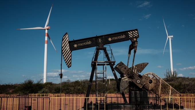 國際能源署(IEA)估計,受美國原油產量飆升影響,未來9個月全球原油庫存恐大幅增加。(圖片:AFP)