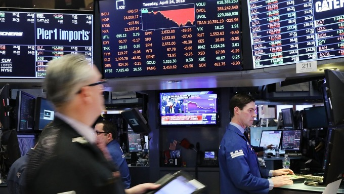 美股盤前─Fed主席暗示降息 道瓊指數上漲約90點 (圖片:AFP)