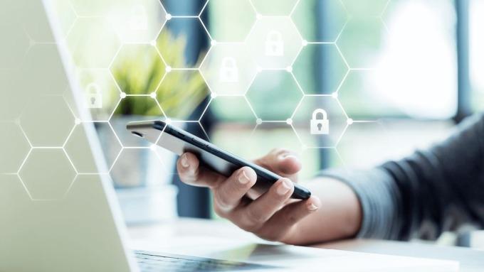 數位金融時代,手機與電腦取代實體分行成為主要交易場域。(圖:AFP)