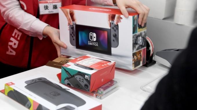 任天堂Switch將與遊戲軟體、控制器等原廠配件,以超值組合優惠價在Prime會員日上販售。(圖:AFP)