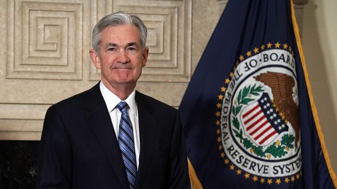 週二Fed主席鮑爾與官員陸續就降息議題發表談話。(圖片:AFP)