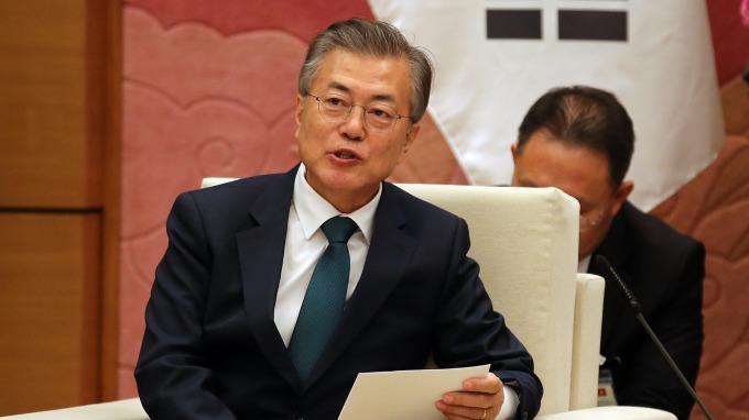 南韓總統文在寅曾承諾,將於2020年,把最低時薪調漲至1萬韓元。(圖片:AFP)