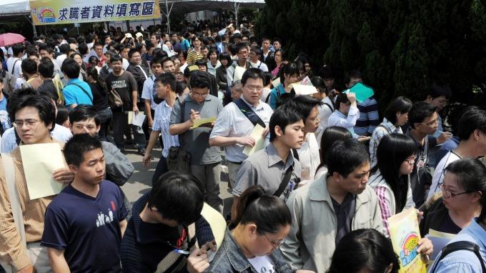 林伯豐:加薪不等於提高基本工資 本、外勞應脫鉤。(圖:AFP)
