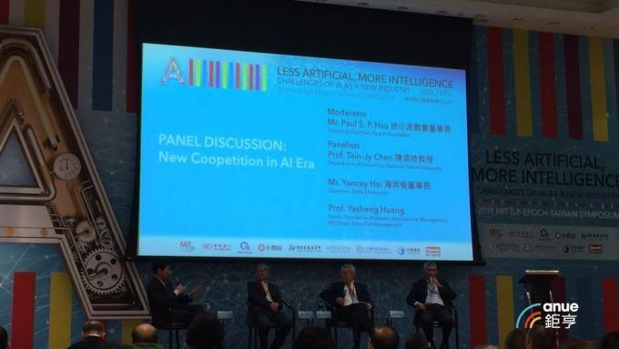 由徐小波創會董事長徐小波與台達董事長海英俊等人討論未來趨勢。