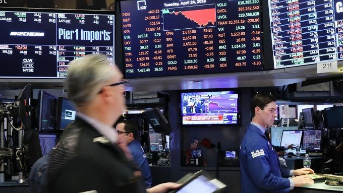 美股盤中─道瓊下跌95點 華爾街消化企業財報 (圖片:AFP)