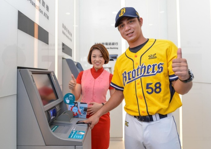 中國信託銀行洲際分行爲中信首家數位化營運模式的棒球分行,中信兄弟球星曾陶鎔體驗指靜脈服務。(圖:中國信託銀行提供)