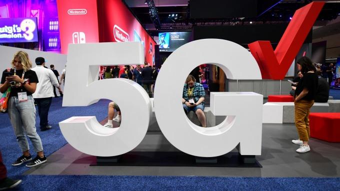 品牌廠5G手機陸續問世,研調估2023年5G手機銷量將過半。(圖:AFP)