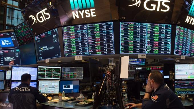美股盤前─指數期貨小幅走低 財報與貿易擔憂構成壓力 (圖片:AFP)