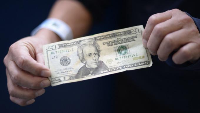 Fed官員再度暗示降息 美元指數跌落200日均線(圖:AFP)