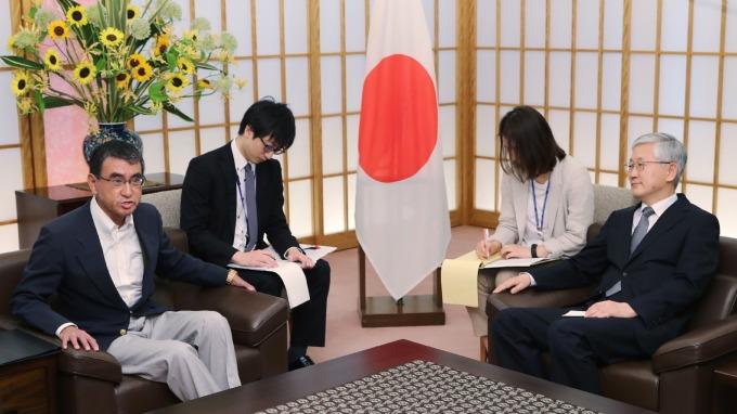 日本外相河野太郎(左)週五召見南韓駐日大使南官杓。(圖片:AFP)