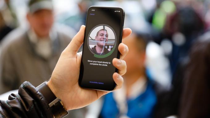 蘋果iPhone X所使用新的臉部識別系統供應商AMS上修第三季財測(圖片:AFP)