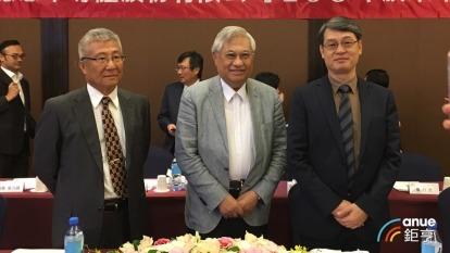 穩懋董事長陳進財(中)、總經理王郁琦(右)。(鉅亨網資料照)