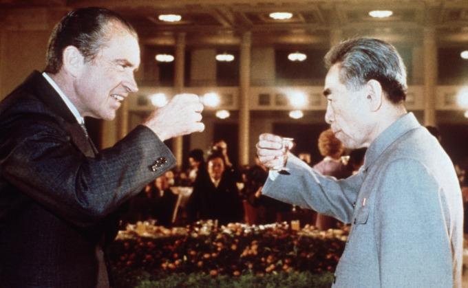 1972 年美國總統尼克森 (左) 訪問中國,於 2 月 28 日在上海與國務院總理周恩來 (右) 簽署上海公報。 (圖片:AFP)