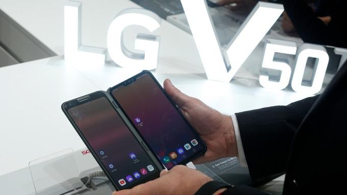 LG Innotek為LG電子提供的高性能三合一鏡頭相機模組LG V50 ThinQ擁有市場好評(圖片:AFP)