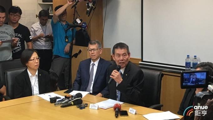 華航董事長謝世謙昨日召開記者會向大眾說明事件並道歉。(鉅亨網資料照)