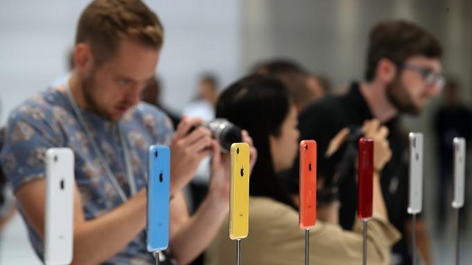 蘋果三星的窘境—手機再好 大眾也不想花上1000美元(圖片:AFP)