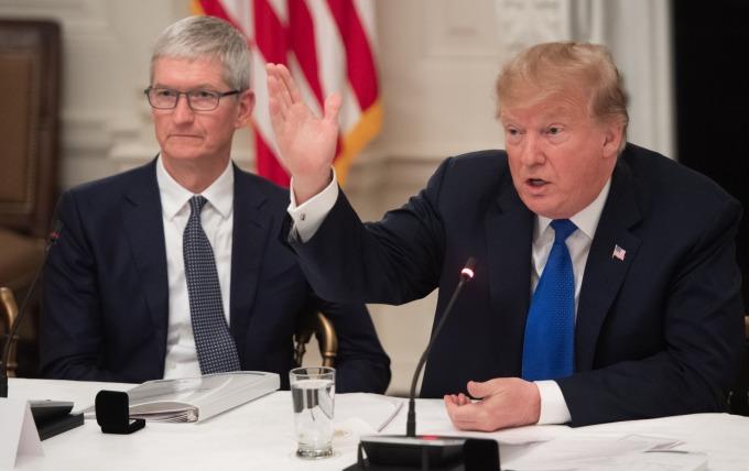 蘋果 CEO 庫克多次會見川普,表示對中國徵收關稅是錯誤的做法。(圖片:AFP)