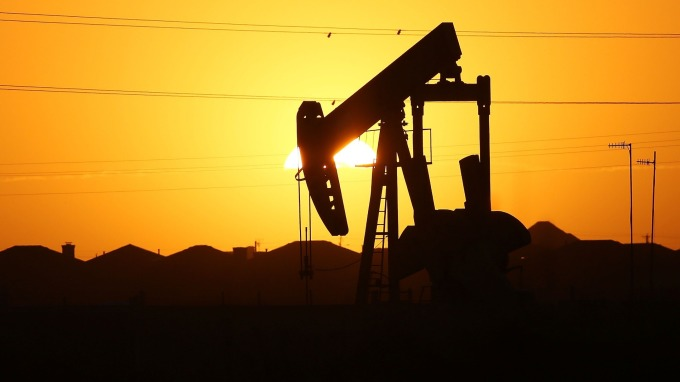 川普怒發推特 原油重挫7% 4年來最大單日跌幅(圖片:AFP)