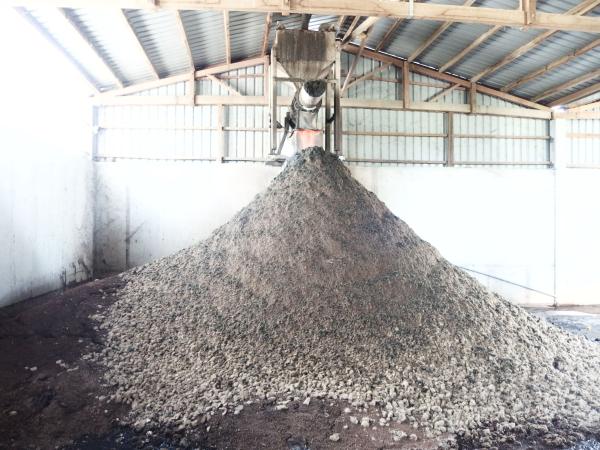 禽畜糞廢棄物可透過高效厭氧醱酵技術,將其中的有機物質大量轉換為沼氣,氮與磷則存留於沼渣以及沼液中。圖為經過厭氧醱酵、脫水後的沼渣原料。