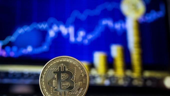 追逐加密貨幣風潮再起 比特幣週一升破11500美元(圖片:AFP)