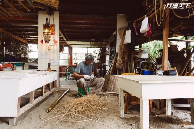 淑燕的另一半杜瓦克.都耀以熟練的身手製作捕魚用的魚荃。