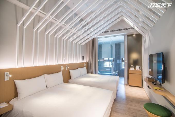 以綠溫室概念,利用白色鋼架築起在房間裡的小城堡。