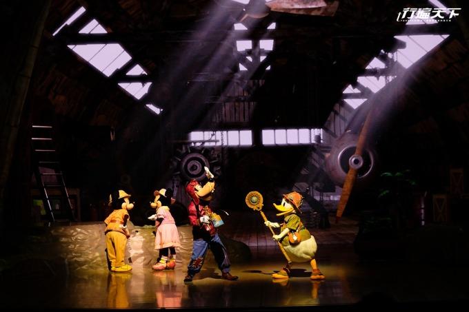 「幻境頌歌」的故事就從唐老鴨撿獲這支魔杖 展開冒險旅程。 園區內別錯過達菲的夏日活動