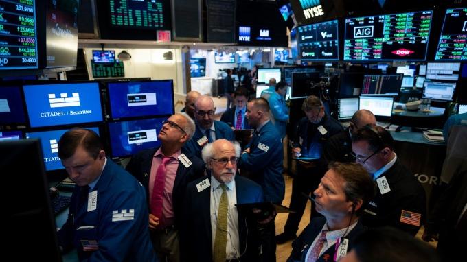 美股盤後 — 美股黑色星期一降臨 美中過招費半暴跌蘋果摔。(圖片:AFP)