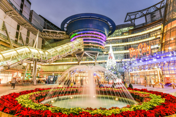新竹市的遠東巨城購物中心除了是知名的拍照打卡景點,在 2018 年更創下營業額 116 億元的新高,名列全台八大百貨商場。