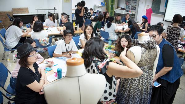 在「高年級設計中心」,由設計科系學生與年輕設計師提供新穎的創意發想,資深的高年級夥伴傳授專業技能,形成一個青銀共創團隊。