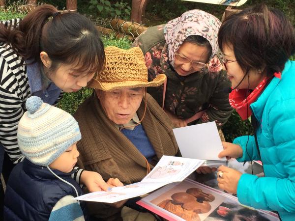 DreamVok 與六福村合作推出「失智家庭新型態喘息旅遊」,除了為長者規劃便利動線之外,還會結合園區特色,設計成具有藝術治療與動物治療概念的互動情境,打造與眾不同的體驗與價值。