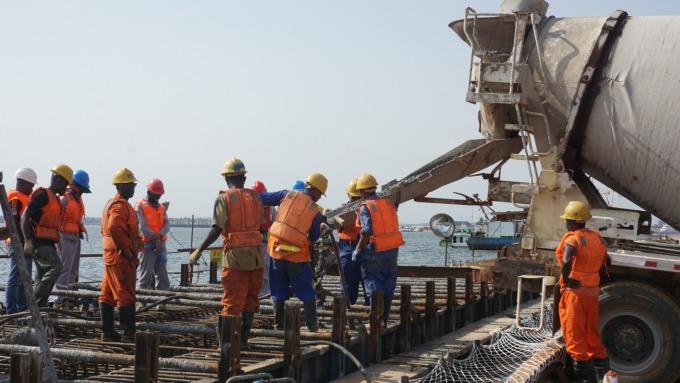 中美貿易戰讓工業經濟放緩 高盛砍Caterpillar評級(圖片:AFP)