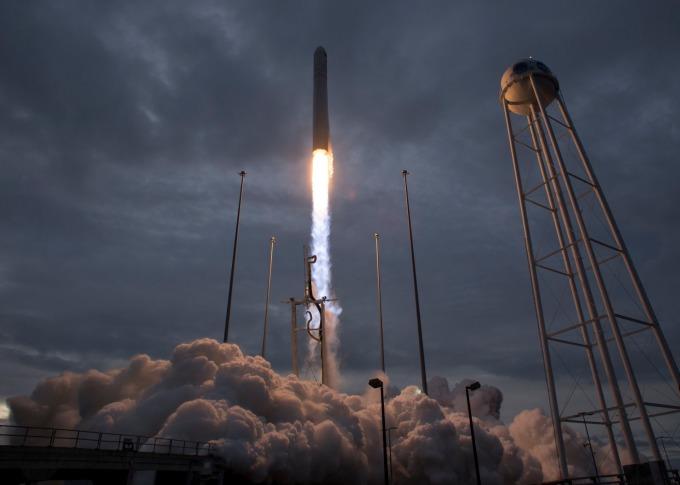 川普多次表示,若聯準會降息,美國經濟將像火箭一樣起飛。(圖片:AFP)