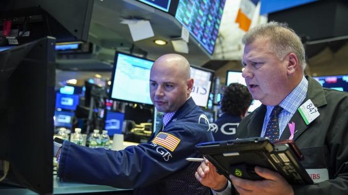 美債殖利率跌銀行股摔 道瓊下滑近390點。(圖片:AFP)