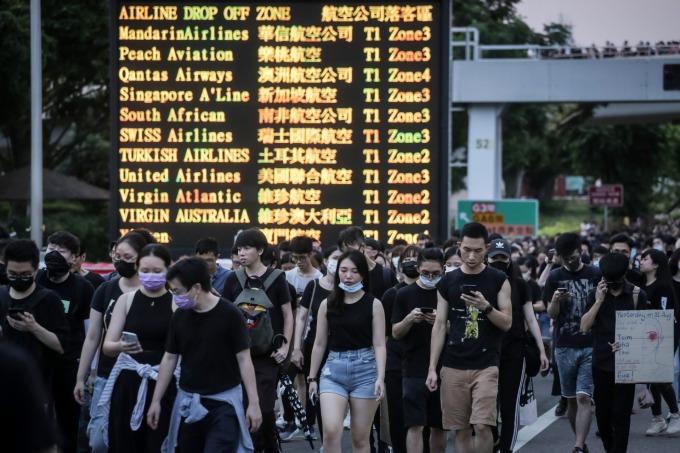 香港機場週一午間開始宣布實施進出管制,離境航班全取消,暫停航班至週二 (13 日) 早上。(圖片:AFP)