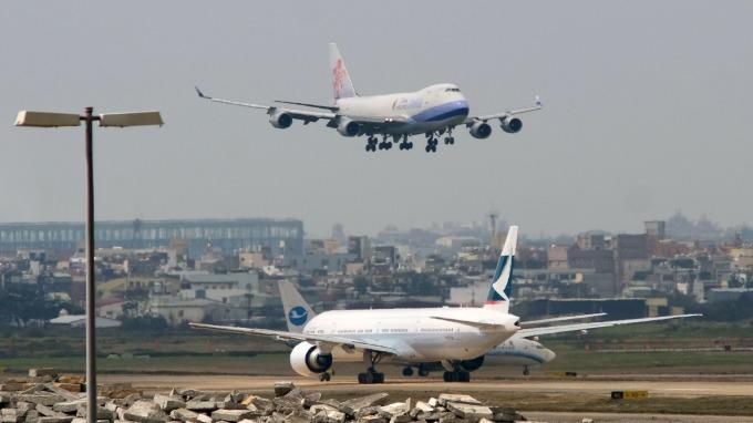 香港機場恢復運作,華航、長榮改派大型機輸運。(圖:AFP)