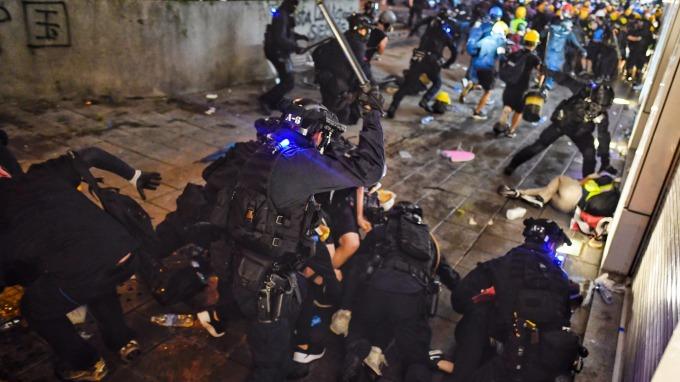 香港政治危機未止 經濟危機將臨(圖片:AFP)