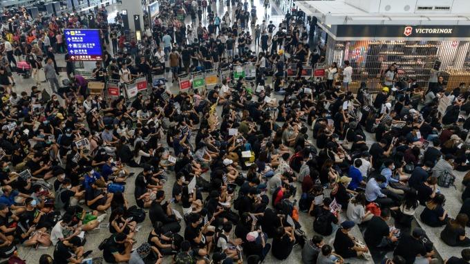 再度癱瘓! 香港機場宣布暫停所有航班登機辦理(圖片:AFP)