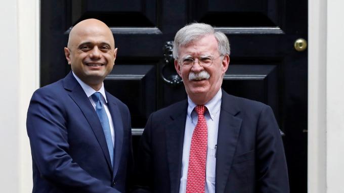 美國國家安全顧問波頓(右)表示白宮願意速與英國簽定貿易協議(圖片:AFP)