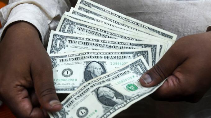 一年內將衰退?只差2點 美債2年、10年殖利率就要倒掛了 (圖片:AFP)