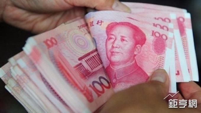 人民幣中間價小幅調升 離岸人民幣升多回貶(圖片:AFP)