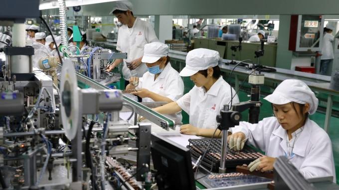 勞動部基本工資審議委員會今 (14) 日上午 10 點召開。(圖:AFP)