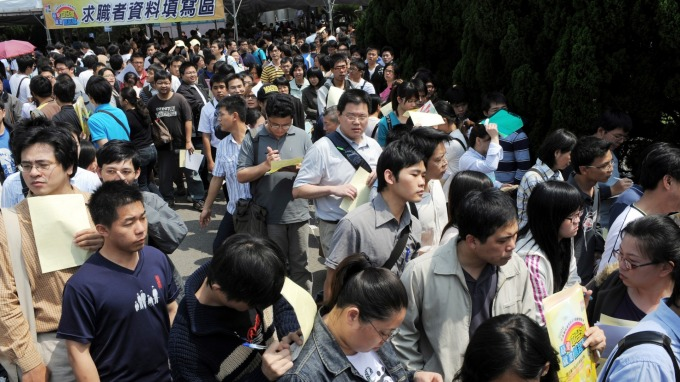 基本工資調漲拍板,勞方肯定連年調升,資方則表達不滿意。(圖:AFP)