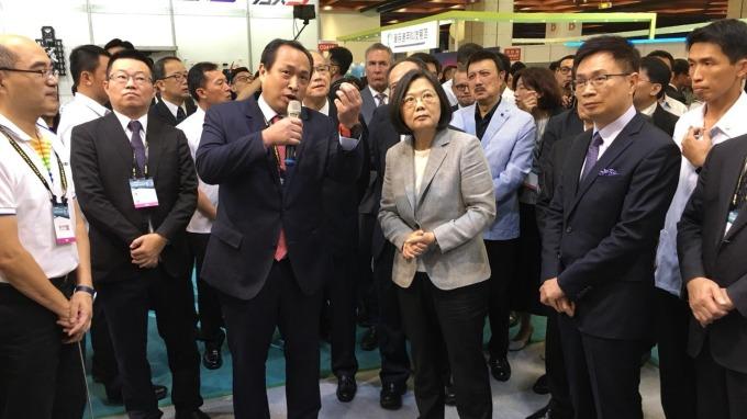 雷虎董事長陳冠如向總統蔡英文說明無人機基地台技術。(圖:雷虎提供)