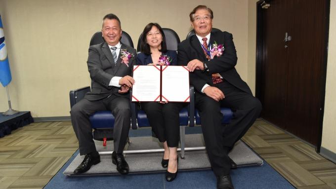 漢翔董事長胡開宏(左)和亞洲航空董事長盧天麟(右)。(圖:漢翔提供)