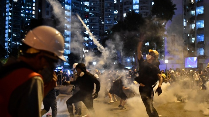 香港經濟告急! 港府宣布注資190億港元紓困企業與民眾 (圖片:AFP)