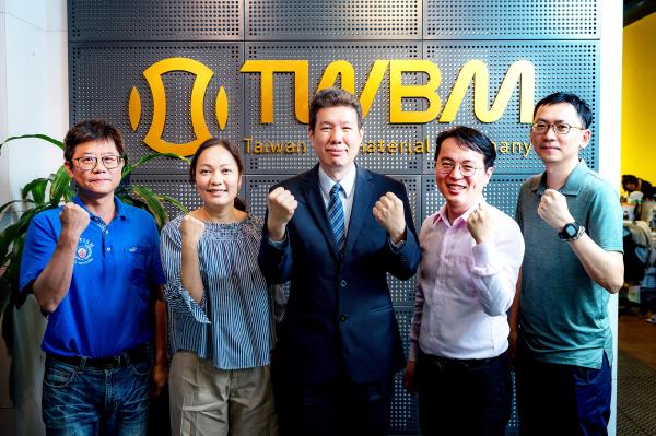 圖正中為台灣生醫材料公司總經理廖俊仁。