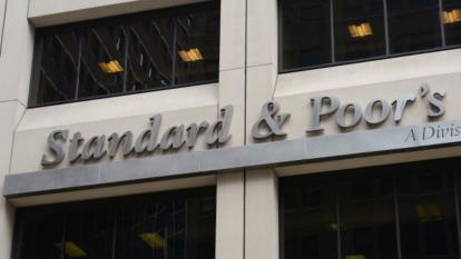 3年來首度 S&P企業評級下調數大於上調  (圖:AFP)